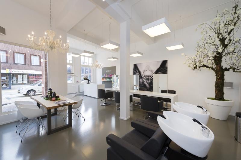 Kapsalon met moderne inrichting woonst over te nemen in for D design kapsalon interieur